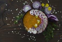 春天碗用在木背景的奶油汤 库存图片