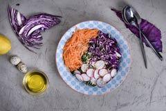 春天红叶卷心菜戒毒所沙拉  在重量白人妇女的美好的腹部概念损失 食物健康素食主义者 免版税库存照片