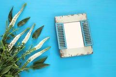 春天美丽的白花和空白的葡萄酒照片框架 免版税库存照片