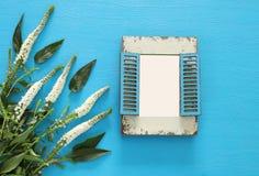 春天美丽的白花和空白的葡萄酒照片框架 免版税库存图片