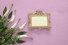 春天美丽的白花和空白的维多利亚女王时代的照片框架 库存照片