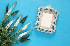春天美丽的白花和空白的维多利亚女王时代的照片框架 免版税库存图片