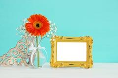 春天美丽的花束的图象在木桌上的空白的葡萄酒照片框架旁边开花 对蒙太奇的摄影嘲笑 库存图片