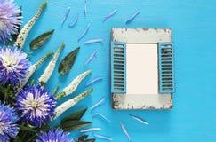 春天美丽的蓝色和白花和空白的葡萄酒照片框架 免版税库存照片