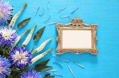 春天美丽的蓝色和白花和空白的维多利亚女王时代的照片框架 免版税库存图片
