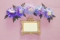春天美丽的蓝色花和空白的维多利亚女王时代的照片框架 免版税图库摄影