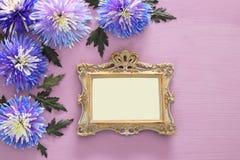 春天美丽的蓝色花和空白的维多利亚女王时代的照片框架 图库摄影