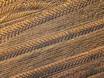 春天耕地 领域和美好的样式从拖拉机 在视图之上 n 免版税库存图片