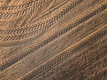 春天耕地 领域和美好的样式从拖拉机 在视图之上 n 免版税库存照片