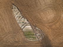春天耕地 领域和美好的样式从拖拉机 在视图之上 n 库存照片