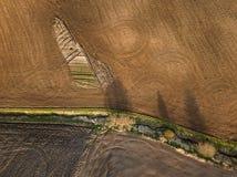 春天耕地 领域和美好的样式从拖拉机 在视图之上 n 库存图片