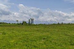 春天自然美好的风景与绿色沼地和变苍白篱芭的在Plana山往Rila山 库存图片