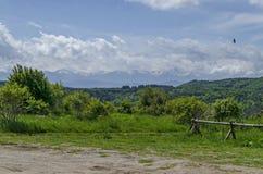 春天自然美好的风景与绿色沼地和森林的往Rila山的Plana山的 图库摄影