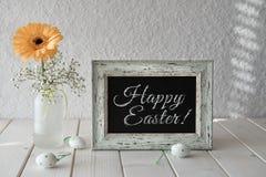春天花、复活节装饰和一个黑板在白色选项 免版税库存图片