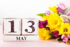 春天花和木块与母亲节日期, 5月13日, 免版税库存图片