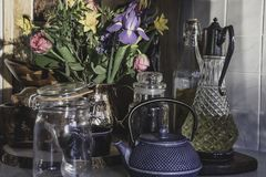 春天花束在舒适英国厨房里开花 免版税库存照片