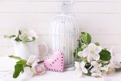 春天苹果开花,在装饰鸟笼的少许蜡烛和 免版税库存图片