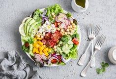 春天菜沙拉用鸡豆、鲕梨和希脂乳 鲜美健康食物 菩萨碗 在一个灰色背景 免版税库存图片