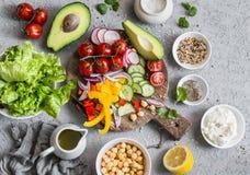 春天菜菩萨碗的成份 健康可口的食物 在一个灰色背景 免版税库存照片