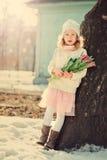 春天葡萄酒为妇女的天定调子儿童女孩画象有郁金香花束的 免版税库存照片
