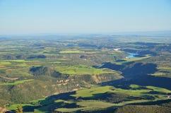 春天观点的简单地西班牙人与峡谷的,霍亚de韦斯卡省一条河 库存图片