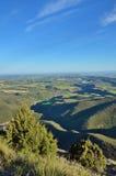 春天观点的简单地西班牙人与峡谷的,霍亚de韦斯卡省一条河 免版税库存照片