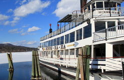 春天解冻,与著名汽船在湖乔治,纽约水的Minne哈哈, 2015年 免版税库存图片