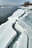 春天进来西伯利亚 在河的冰易碎,没有叶子的树立场 库存照片
