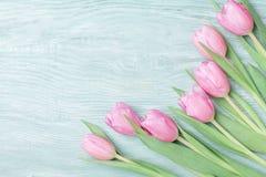 春天郁金香为3月8日,国际妇女或母亲节 美丽的贺卡 顶视图 库存图片