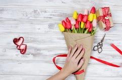 春天郁金香和礼物花束  免版税库存照片