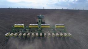 春天野外工作,农夫鸟瞰图拖拉机的有犁农田的犁的在播种前 股票录像