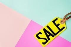 春天销售,在淡色背景的价牌 免版税库存照片