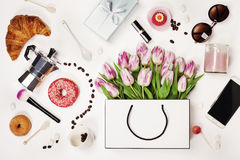 春天顶视图开花,咖啡,手机,新月形面包,美国兵 库存照片