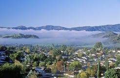 春天领域和云彩层数在Ojai,加利福尼亚 免版税库存图片
