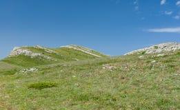 春天风景在克里米亚半岛半岛的Chatyr-Dah多山断层块 免版税库存图片