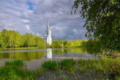 春天风景-湖的教会 俄国 库存照片