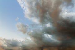 春天风雨如磐的天空  库存照片