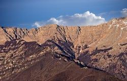 春天-在亚平宁山脉,意大利的前雪 图库摄影