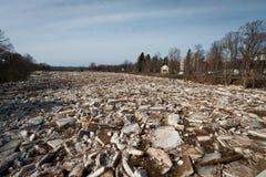 春天洪水在残暴的人河 免版税库存照片