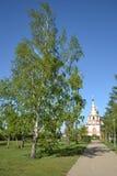 春天 桦树胡同和教会 库存照片