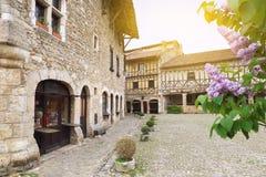 春天 法国的中世纪村庄:开花的紫色丁香 库存图片
