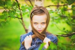 春天滑稽的女孩画象  库存图片