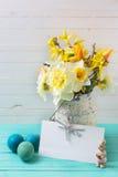 春天黄色黄水仙在花瓶,复活节彩蛋开花并且倒空 库存图片