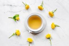 春天flatlay与花和茶顶视图 免版税库存图片