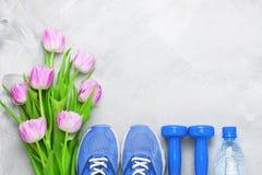 春天flatlay构成用运动器材和郁金香 免版税库存图片