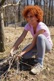 春季大扫除果树园的妇女 库存图片