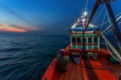 春武里市泰国- 2018年1月14日:渔夫工作和旅行乘渔夫小船有钓鱼竿和渔夫的适应1月1日 免版税库存图片