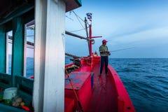 春武里市泰国- 2018年1月14日:渔夫工作和旅行乘渔夫小船有钓鱼竿和渔夫的适应1月1日 免版税库存照片