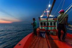 春武里市泰国- 2018年1月14日:渔夫工作和旅行乘渔夫小船有钓鱼竿和渔夫的适应1月1日 库存图片