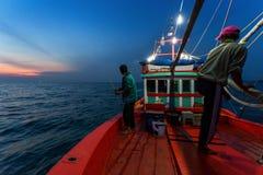 春武里市泰国- 2018年1月14日:渔夫工作和旅行乘渔夫小船有钓鱼竿和渔夫的适应1月1日 库存照片